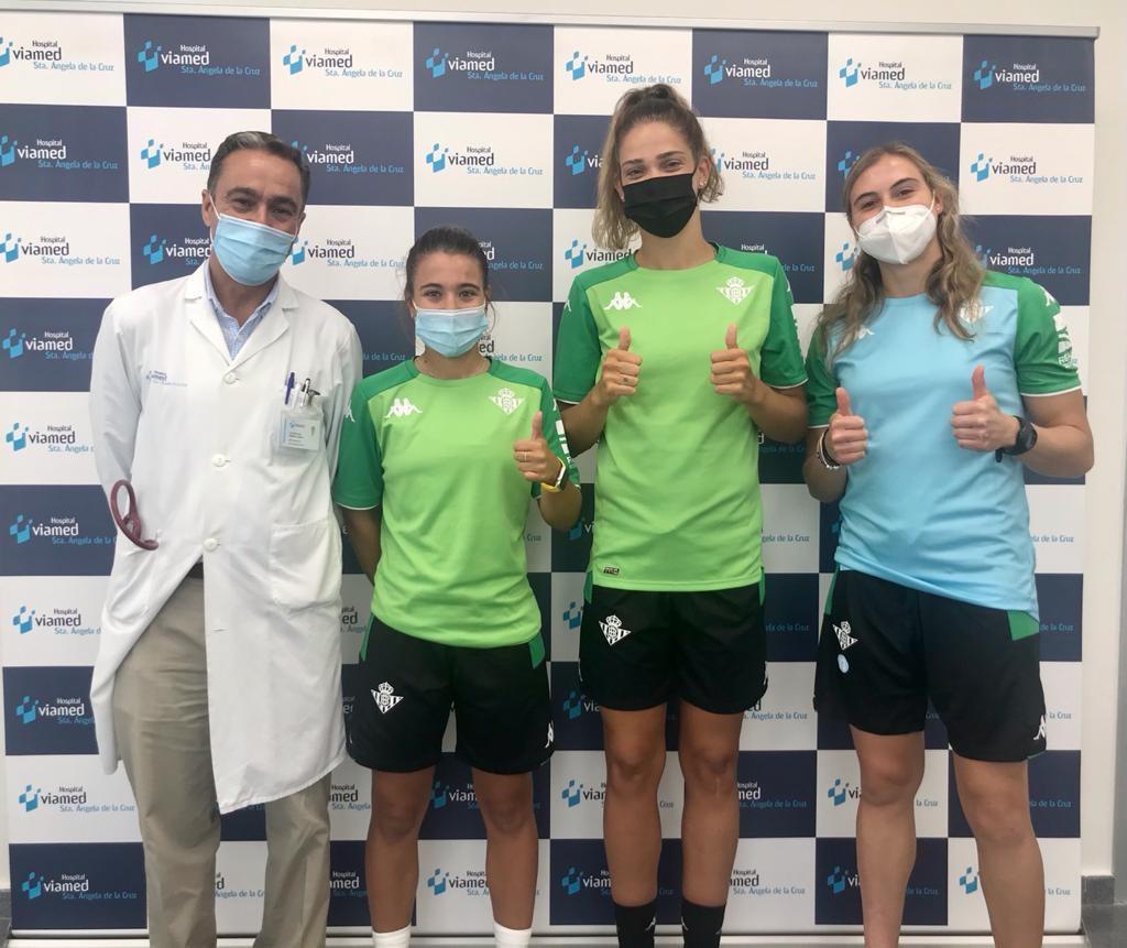 Las jugadoras del Real Betis Balompié Féminas pasan reconocimiento médico en Viamed Santa Ángela de la Cruz